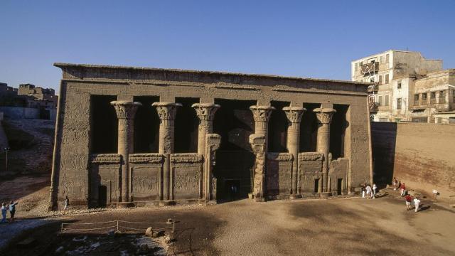 معبد خنوم الفرعوني: تحفة على ضفة النيل الغربية