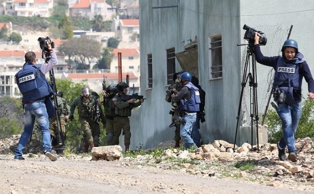 المركز الفلسطيني لحقوق الإنسان: وجود الصحفي بمناطق النزاع الخطرة لا يجيز استخدامه كذريعة لاستهدافه