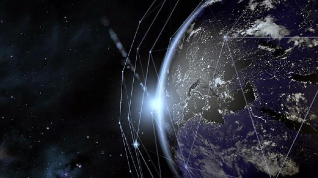 الأقمار الاصطناعية مهددة بالتصادم في السماء... ما هي الحلول؟