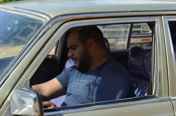 بالفيديو... علاء من محاسب إلى سائق سيارة أجرة