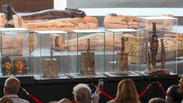 مصر تكشف عن 100 تابوت في منطقة سقارة الأثرية