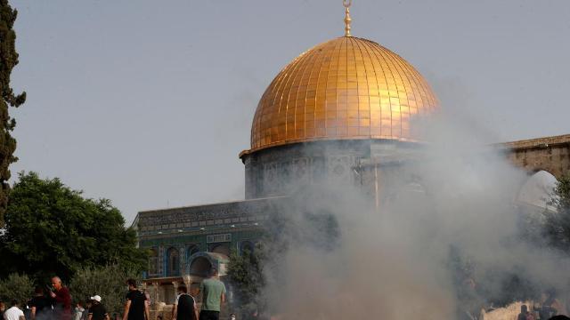 قوات الاحتلال تقتحم الأقصى وتعتدي على المصلين واندلاع مواجهات عنيفة