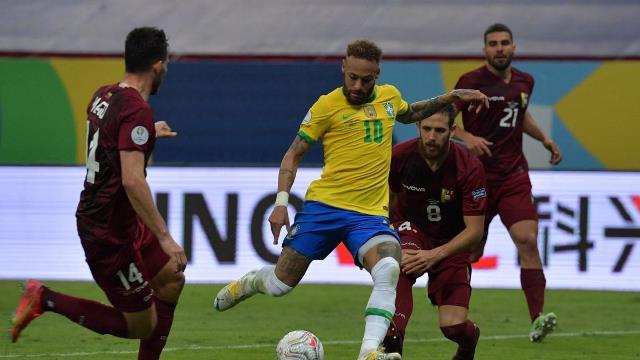البرازيل تنتصر على فنزويلا المنقوصة.. ونيمار يقترب من رقم بيليه