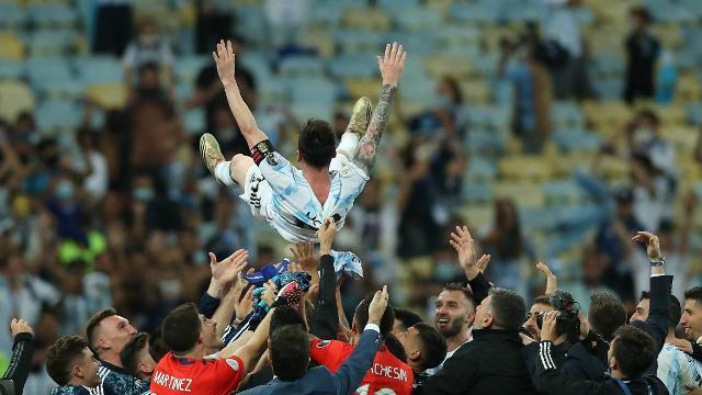 لاعبو الأرجنتين يحتفلون بميسي... وعناق مع نيمار يخطف الأضواء