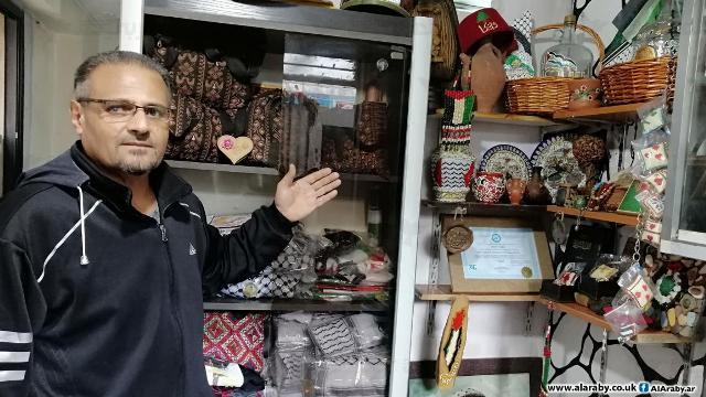 أنور تايه ينشر التراث الفلسطيني من المخيم