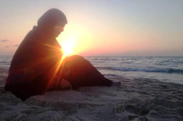 إهداء إلى فيروز سيد.. وهي تعانق بحر غزة... رمالها وشمسها... وتنتظر!