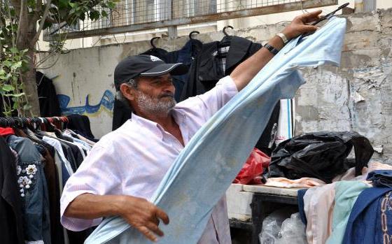 مهندس يبيع الملابس البالية