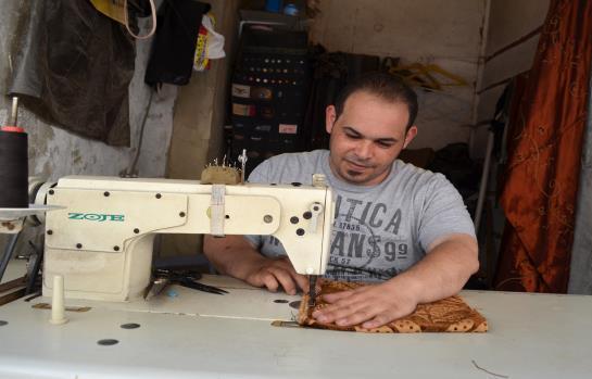 ماكينة الخياطة لا تكفيه لإعالة أسرته