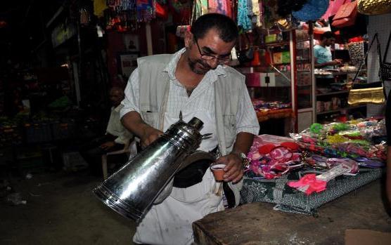 محمّد غنام يبيع القهوة في عين الحلوة