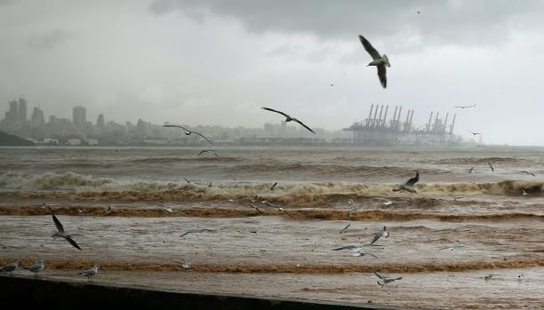 البحر يبتلع بيوت مخيّم الرشيديّة