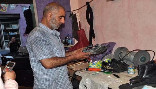 ثابت عبدالله الإسكافي الوحيد في المخيم
