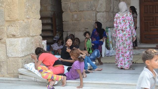 بالفيديو والصور: مئات العائلات نزحت من مخيم عين الحلوة بسبب الاشتباكات