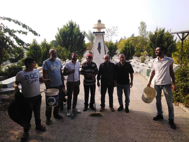 اللجان العمالية الفلسطينية في منطقة صيدا تقوم بحملة تنظيف مقبرة الشهداء في مخيم عين الحلوة