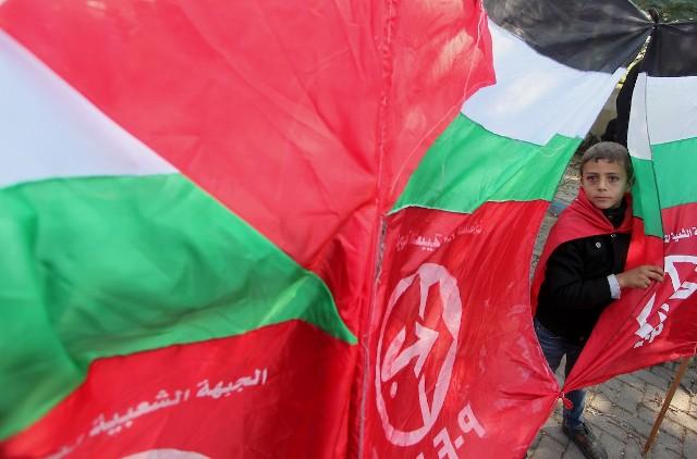 الشعبية: خصم رواتب الأسرى المحررين خضوعٌ للاحتلال