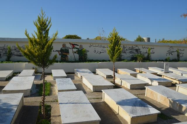 بالفيديو والصور.... اللجان العمالية الشعبية الفلسطينية تعيد تأهيل مقبرة الشهداء في مخيم عين الحلوة