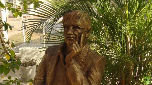 تدشين تمثال للشاعر الفلسطيني العظيم محمود درويش في موسكو