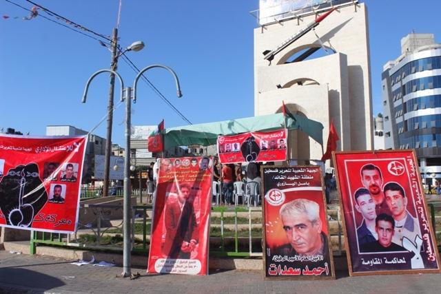 خلال خيمة اعتصام أقامتها الشعبية في رفح، الإعلان عن انتصار إرادة الأسرى المضربين