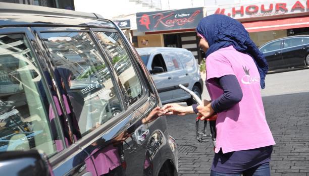 عبير سمهون محاسِبة شابة تعبّئ الوقود للسيارات