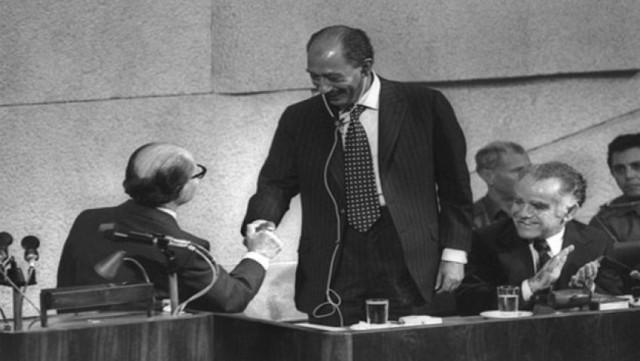 من كامب ديفيد إلى أبراهام: كان مسارًا طويلاً لدفن القضية الفلسطينية ولكنها ستدفنهم جميعًا
