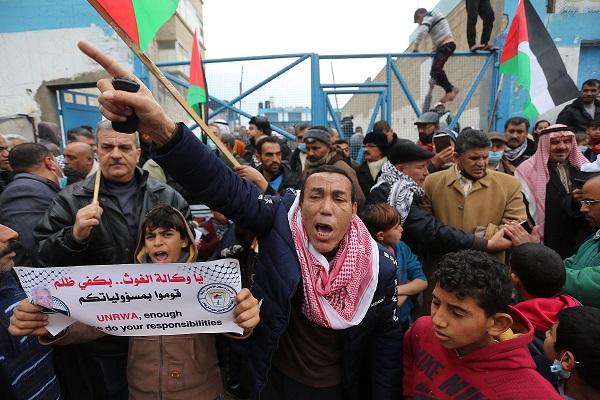 دائرة اللاجئين بالشعبية تُحذر من قرارات جديدة لوكالة