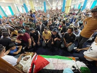 الآلاف من الفلسطينيين يشيعون جثمان الناشط السياسي نزار بنات في الخليل