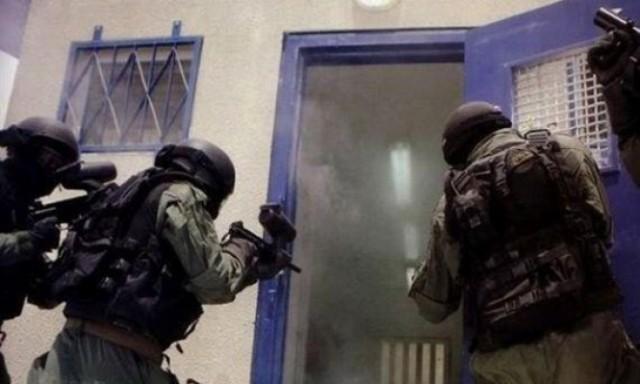 قوات القمع تقتحم قسم الأسرى الأطفال في سجن