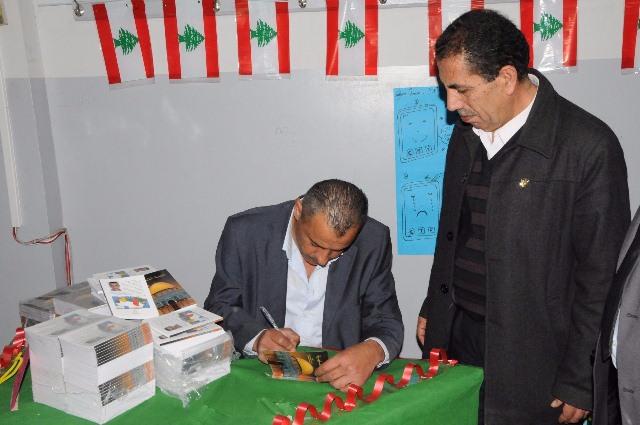 الدكتور حسين دهيبي يوقع كتابه