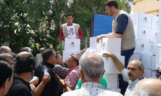 سفارة دولة الإمارات العربية وبالتعاون مع سفارة فلسطين في لبنان وزعت طروداً غذائية للنازحين من سوريا