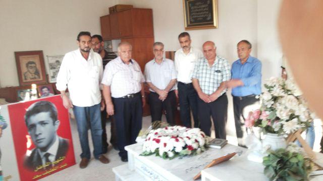 باقة من الورد باسم الجبهة الشعبية على ضريح المناضل التقدمي عبد اللطيف سعد في بلدة معركة الجنوبية