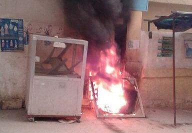 احتجاجات واحراق اطارات أمام مكاتب الأنروا في البداوي