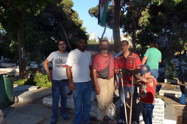 إكراماً للشهداء حملة تنظيف مقابر شهداء الثورة الفلسطينية