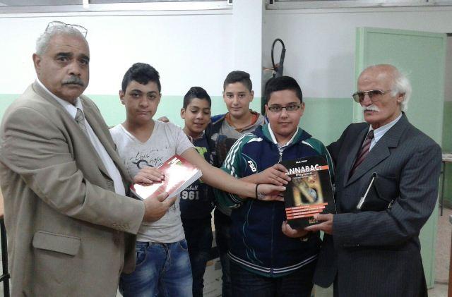 اللجنة الشعبية في مخيم الجليل وزعت كتب لطلاب مدرسة القسطل