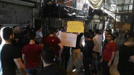 أهالي مخيم عين الحلوة يعتصمون مطالبين بتعويض خسائر الاشتباكات.