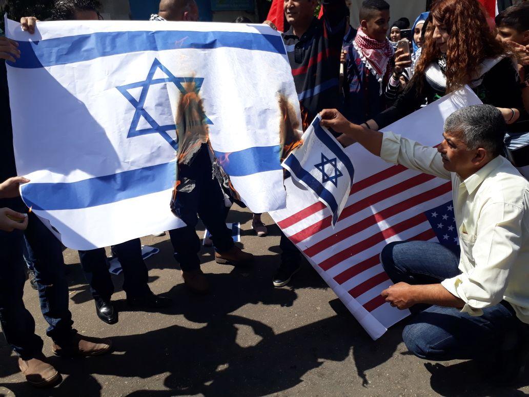 مخيمات بيروت تحرق علم إسرائيل وترفع علم فلسطين