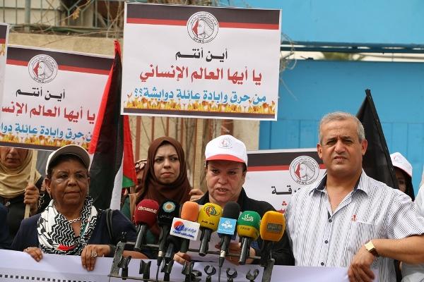 اتحاد لجان المرأة بالقطاع ينظم وقفة أمام الامم المتحدة احتجاجاً على الجريمة بحق عائلة دوابشة