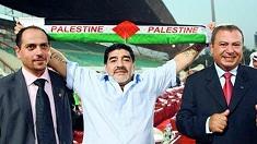 مرة جديدة .. مارادونا يرفع الوشاح الفلسطيني