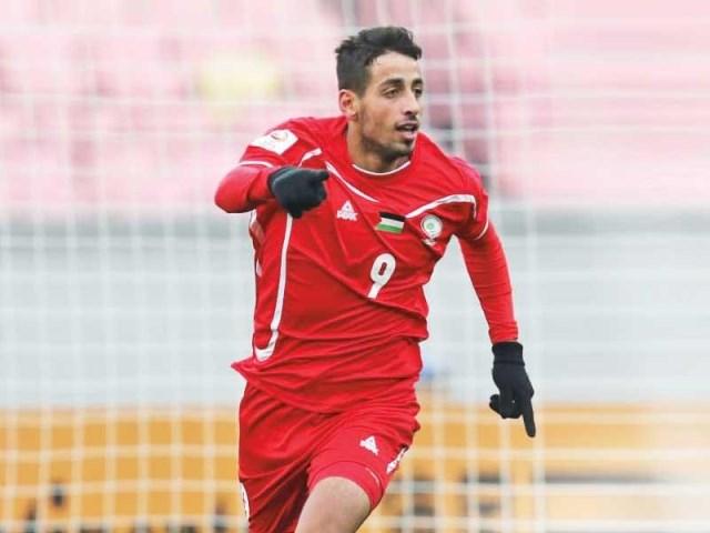 لاعب فلسطيني يُباشر تدريباته في نادي