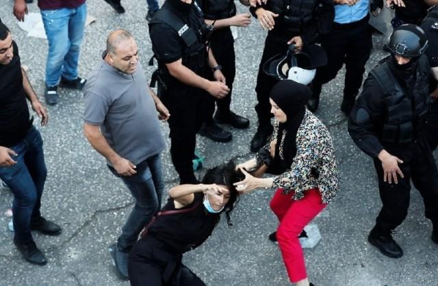 نقابة الصحفيين تطالب اشتية بإقالة قائد الشرطة لعدم قدرته على حماية الصحفيين الذين تم الاعتداء عليهم