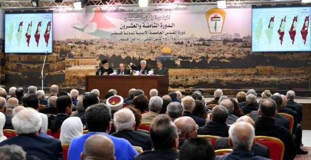 عباس يطالب بإعادة النظر بالاتفاقات الموقعة بين منظمة التحرير و
