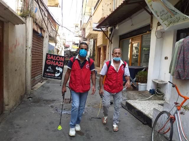 اللجان العمالية الشعبية الفلسطينية في مخيم عين الحلوة تتابع حملة الرش والتعقيم