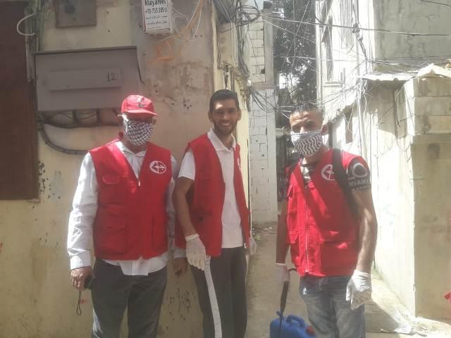 اللجان العمالية الشعبية الفلسطينية في منطقة صيدا تستكمل حملة التعقيم والرش في حي المجمع