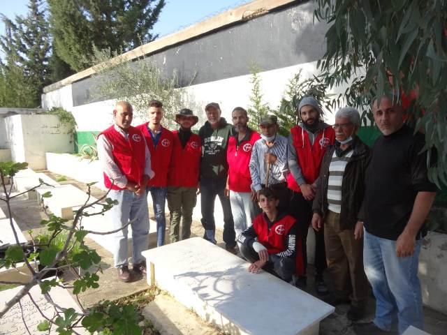 اللجان العمالية الشعبية الفلسطينية في عين الحلوة تنظف أضرحة الشهداء