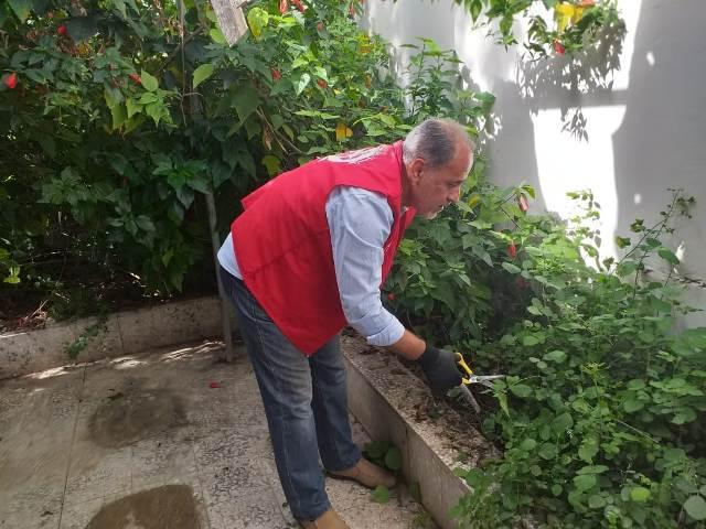 لجان العمال الشعبية الفلسطينية تنظف مقبرة الشهداء في مخيم عين الحلوة