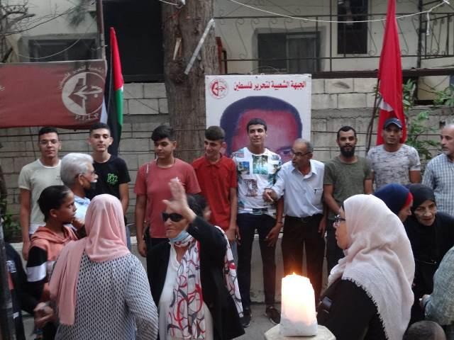 المنظمات الجماهيرية للجبهة الشعبية في منطقة صيدا أقامت وقفة تضامنية مع الأسرى وأضاءت عشرين شمعة بمناسبة الذكرى السنوية الـ20 لاستشهاد