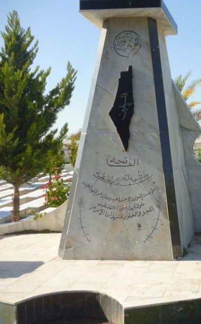 أكاليل من الزهر على النصب التذكارية للشهداء في مخيمي عين الحلوة والمية ومية وصيدا