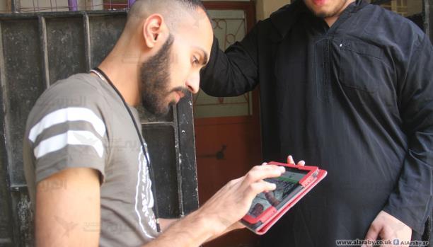 أحمد شاب فلسطيني يحلم بالعمل في اختصاصه