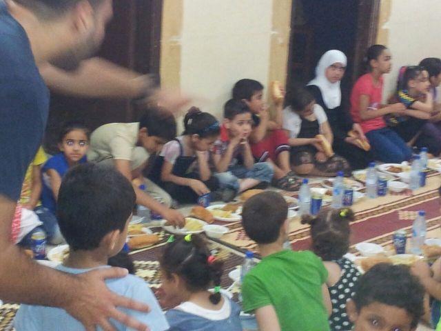 إفطار للأطفال في مخيم عين الحلوة