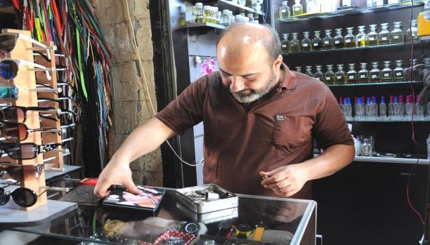 باسل العقاد بائع عطور وعازف بعدما ترك تصليح الساعات
