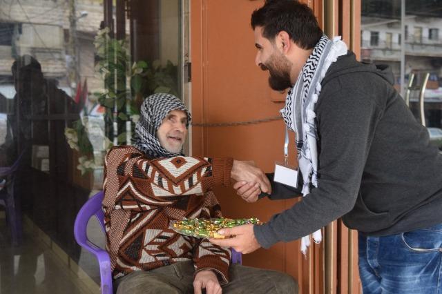 منظمة الشبية  والجبهة الشعبية تقيمان حواجز محبة احتفاءً بعملية القدس البطولية في نهر البارد