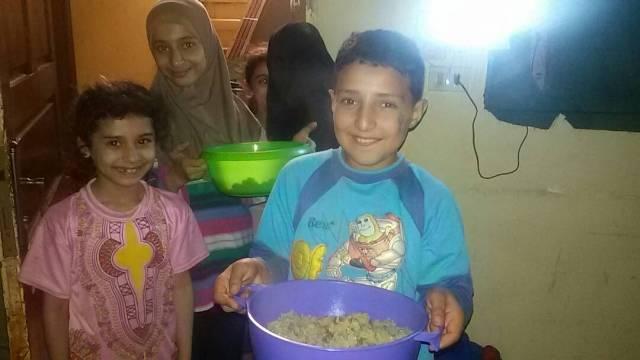 لجان المرأة الشعبية في مخيم البرج قدمت وجبات إفطار لخمسين عائلة